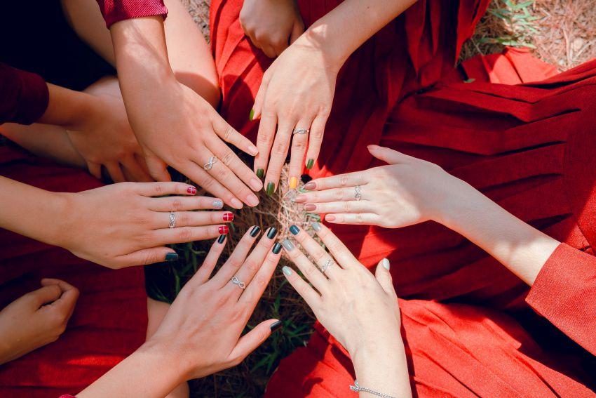 mains de femmes manucurées en forme d'etoile
