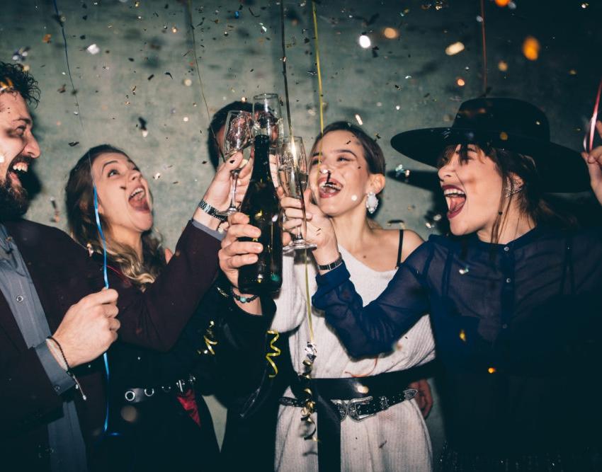 Groupe d'amies qui boivent du champagne et font la fete