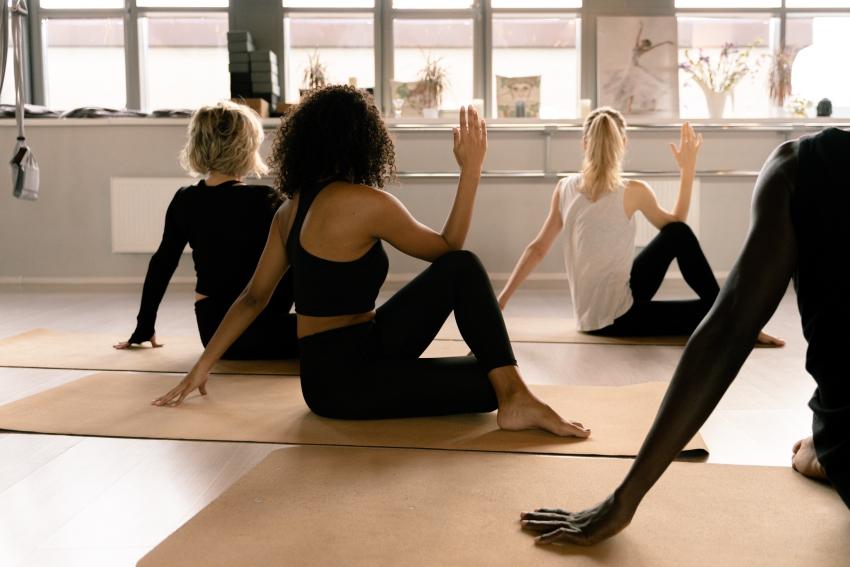 photo de femmes de dos qui font du yoga