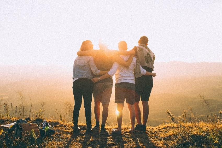 groupe d'amis au coucher su soleil calin